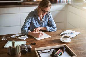 femme qui dessine un croquis de sa cuisine
